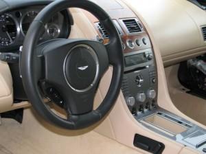 aston-martin-vairo-apsiuvimas-oda